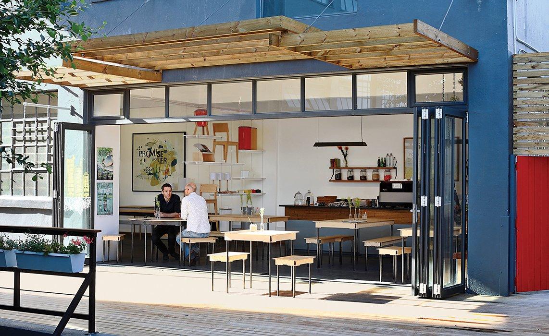 Cafe exterior with empty banner stockfotos en