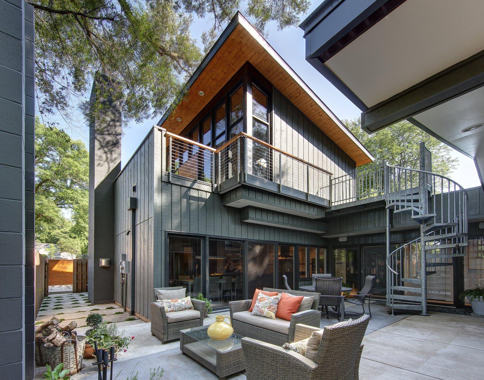 Реконструкция небольшого современного дома с сильным характе.