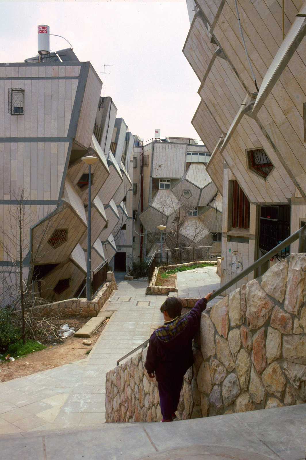Hecker argues that the use of dodecahedrons and the pentagon-shaped walls helps to enclose a relatively large volume with less surface area than a rectangular prisim. Photo by Zvi Hecker.