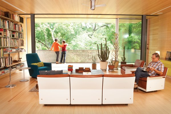 A vintage 620 Chair Programme from the 1960s figures prominently into the Austin, Texas, family room of architects Elizabeth Alford and Michael Young. (Read the entire story from October 2012 here.)