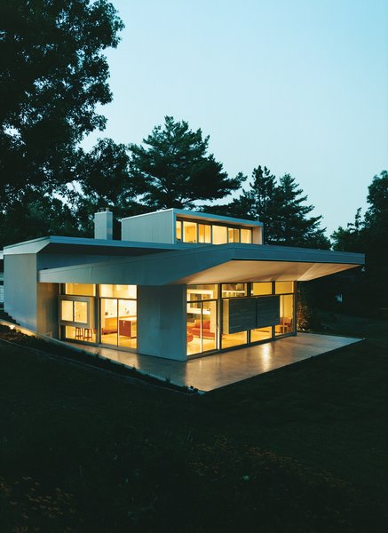 After living in Belgium and Austria for four years, the Bolings decided to resettle in Cincinnati, Ohio, where both had gone to school. Terry, a seasoned architect and professor of architecture at the University of Cincinnati, spent four years transforming a 1940s brick box into a modern, aluminum-trimmed home.