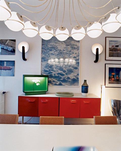 One of Krzentowski's favorite pieces is the Gino Sarfatti 2109/16 ceiling lamp, which hangs above the dining room table.