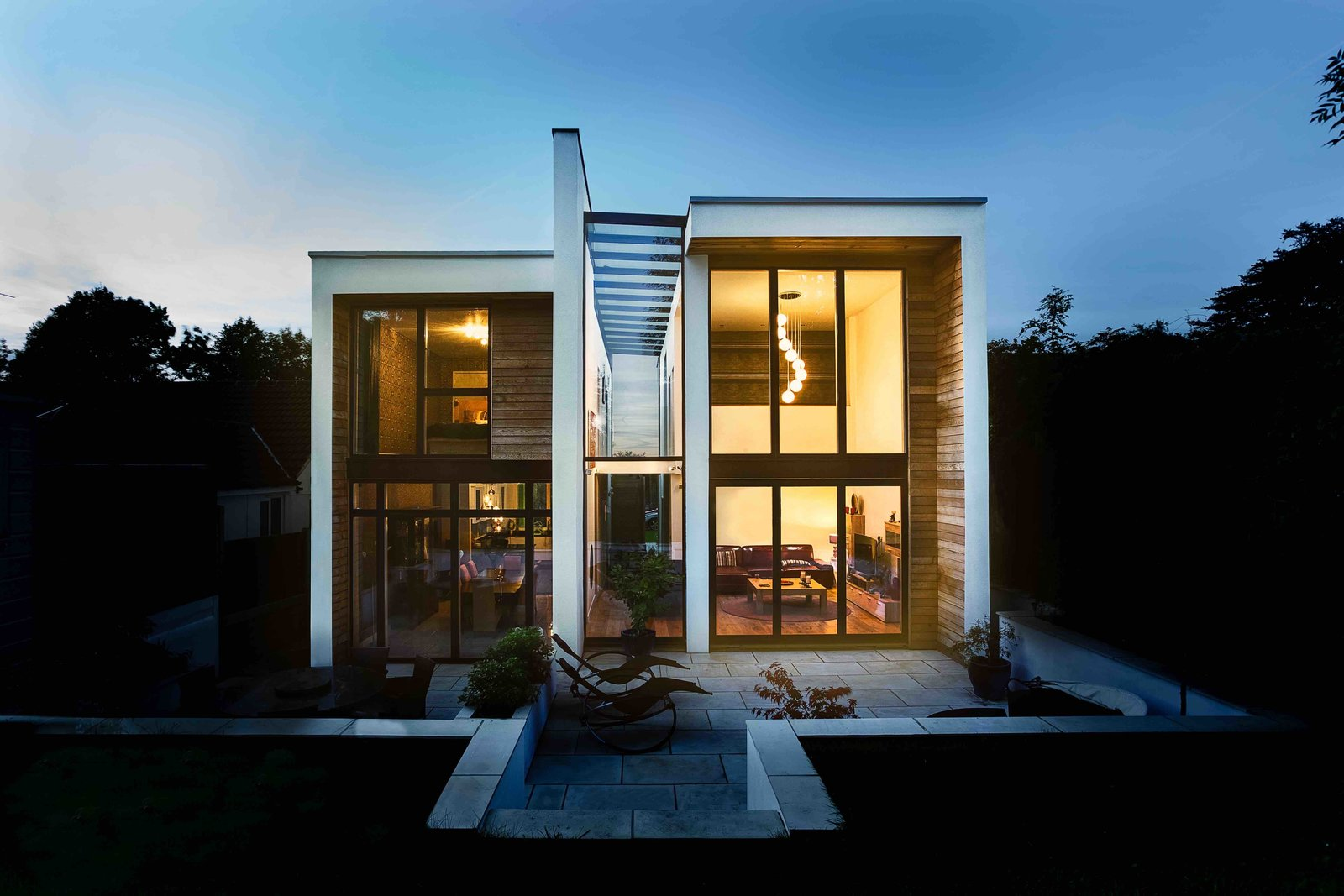 Where once there was a timeworn 1950s bungalow in the Metropolitan Green Belt south of London, there now stands a dynamic house whose two volumes are joined by a glass atrium. The project was designed by Grant Freeman of OB Architecture.