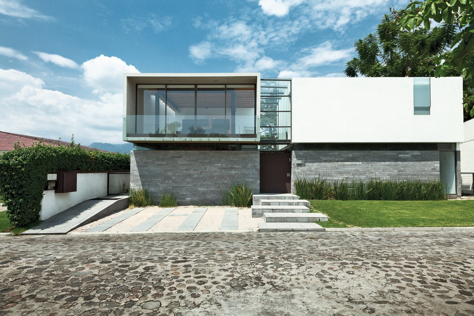 Modern homes across mexico collection of 7 photos by for Modern box house design