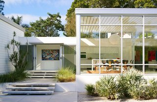This Sparkling New Home Is a Perfect Remake of Classic Sarasota School Modernism - Photo 8 of 13 -