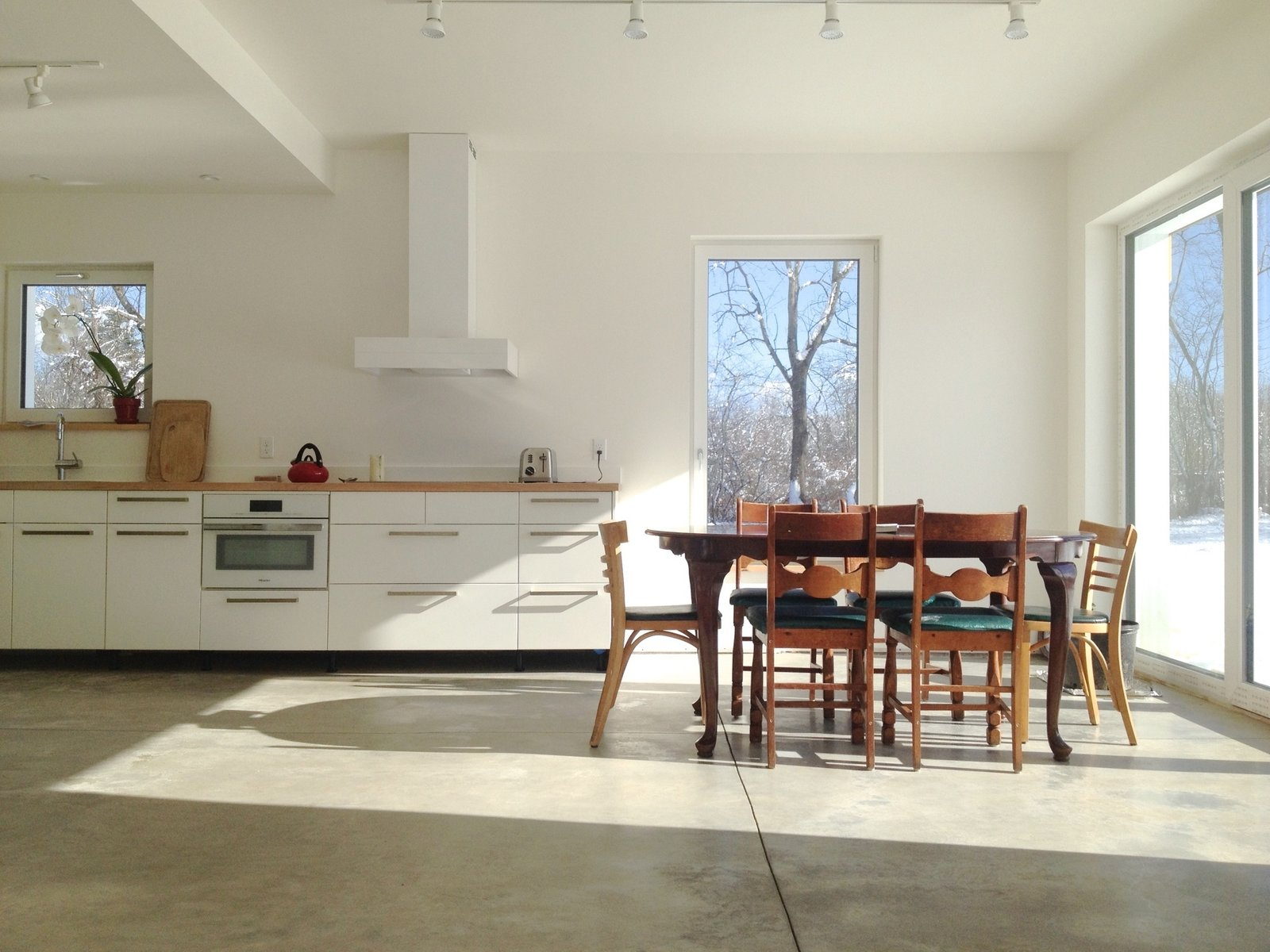To adhere to Passivhaus standards, the house has a tightly-sealed shell, a smart ventilation system, and plenty of windows to let in natural light.