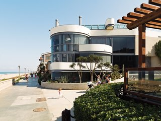 A Renovated Ray Kappe Abode in Manhattan Beach - Photo 3 of 11 - The glass-walled facade faces the Strand.