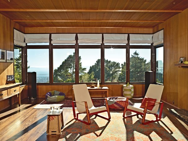 Elsewhere in the room, which Esherick sited to maximize views, are Jean Prouvé Cité chairs.