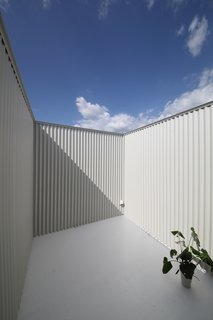 Minimal Home on a Narrow Plot in Japan - Photo 5 of 7 -