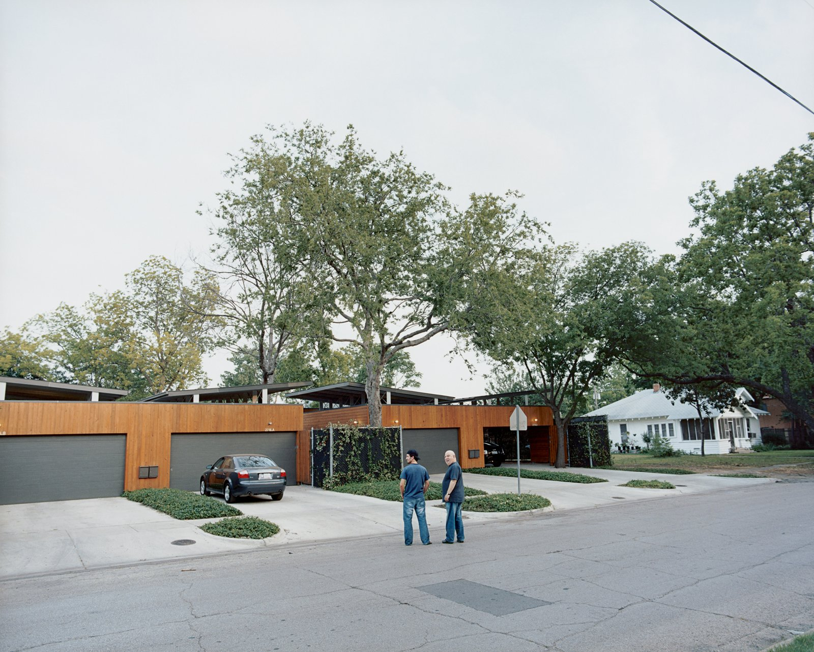 Outside their homes on Throckmorton Street in Dallas, architect Edward Baum (right) and his neighbor admire the fruits of Baum's labors. Photo by: Scogin Mayo  Best Western: Our Favorite Modern Homes in Texas by Aaron Britt from Bringing Families Back to Downtown Dallas