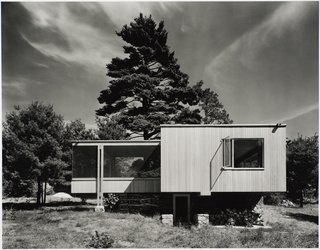 Modernism Through the Viewfinder: The Photography of Ezra Stoller - Photo 1 of 10 - Chamberlain Cottage by Marcel Breuer, Weyland, Massachusetts, 1941. Gelatin silver print. Carnegie Museum of Art, Purchase: gift of the Drue Heinz Trust. Image courtesy of the Carnegie Museum of Art, copyright Ezra Stoller/Esto, Yossi Milo Gallery.