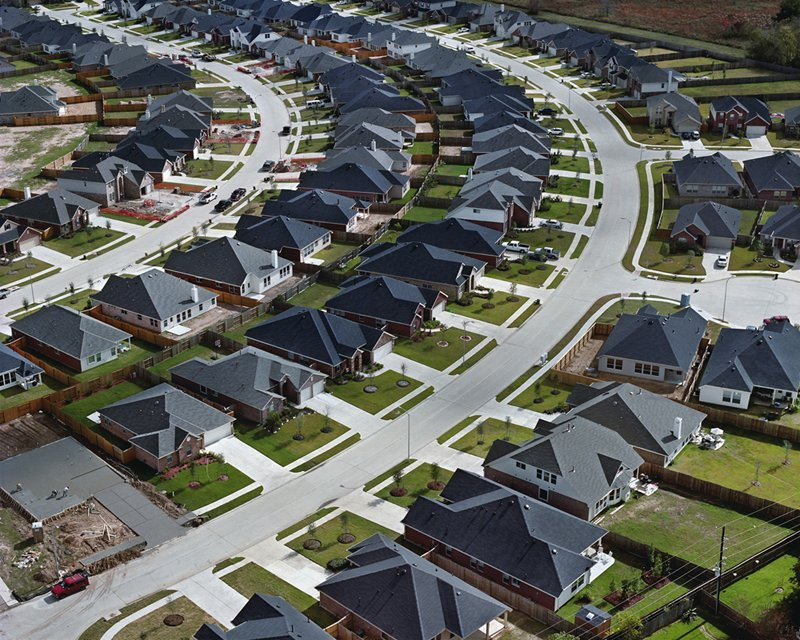 Outside of Houston, Texas, houses line parallel, curved streets. Photo by Christoph Gielen. Suburban Sprawl Photographed from Above - Photo 2 of 5