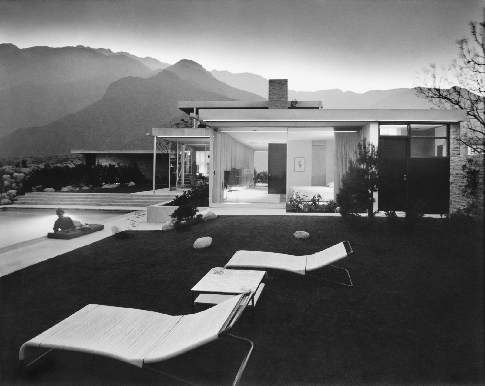 Vienna-born architect Richard Neutra designed the Kaufmann House in Palm Springs in 1947 for Edgar Kaufmann, Sr., the Jewish owner of a trendsetting Pittsburgh department store. Jewish architectural photographer Julius Schulman captured the striking home in this image. Courtesy J. Paul Getty Trust.