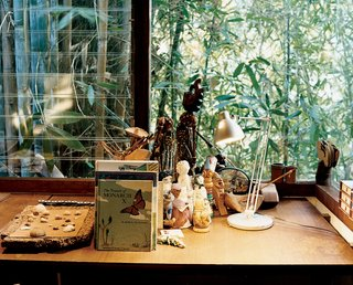 Ray Kappe-Designed Multilevel House in Los Angeles - Photo 7 of 12 - The grandchildrens' room, on the same, well-lit side of the house as Ray's office, is adorned with dolls and books.