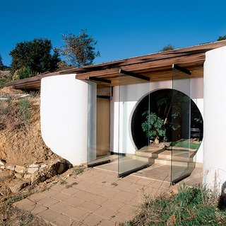 Big Sur: Coastal Commissions - Photo 6 of 9 - The glass doors of Muennig's own home allow the ocean breeze through the circular entry of the sea-facing front.