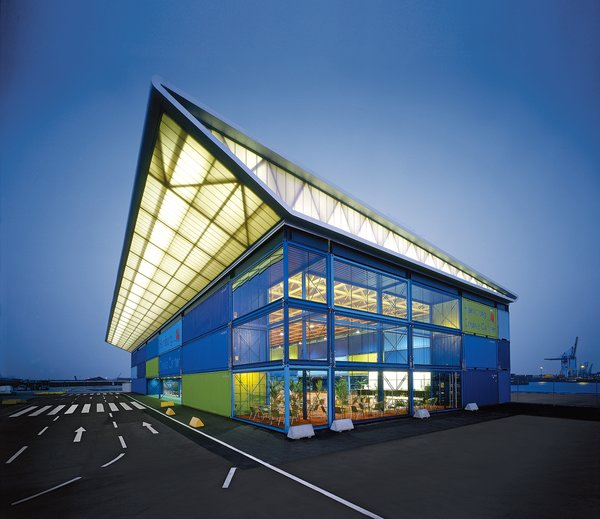 Until 2010, the Hamburg Cruise Center will be used for registration and baggage check-in of cruise passengers. The roof structure is encased in translucent panels that are illuminated from within.