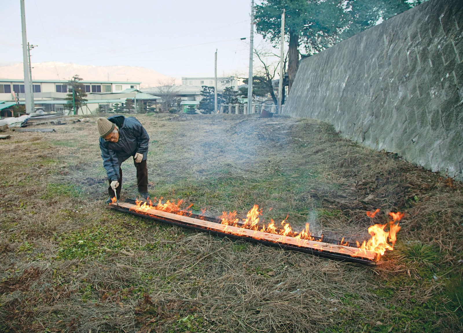 After seven minutes, the length of time it takes to produce the proper amount of char, the boards are separated.  Photo 17 of 23 in Terunobu Fujimori