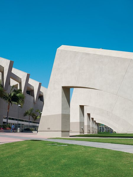 The San Diego Convention Center, which is sited on eleven acres along San Diego Bay, was designed by Canadian architect Arthur Erickson.