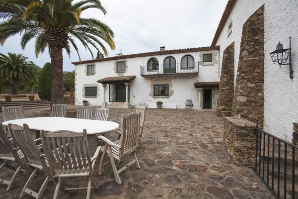 Overnight visitors to La Bodega stay at an old house located on the estate. Although the exact date it was built is unknown, the residence is an example of traditional Catalan architecture.