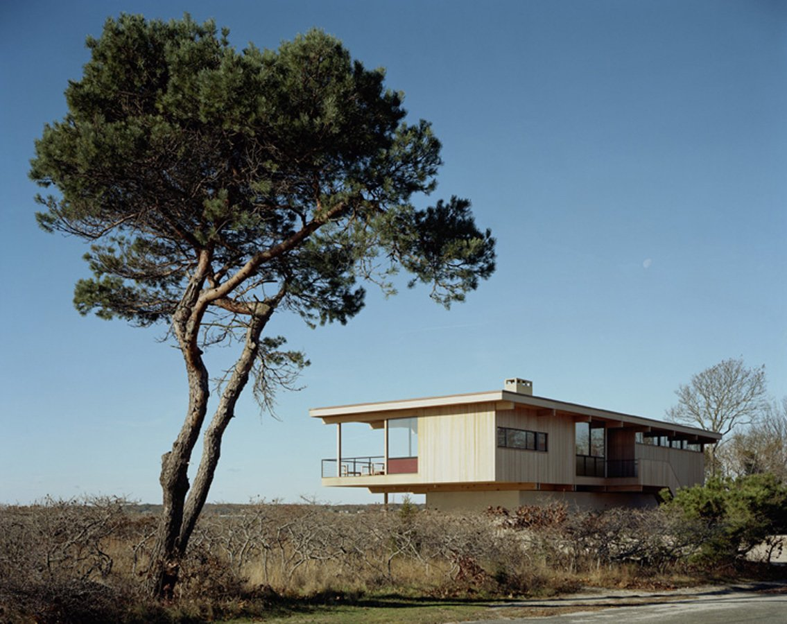 The cottage appears to hover over Shelter Island, cantilevered on all sides on top of a foundation of spread concrete footings above a slight, rolling berm on three-quarters of an acre. Courtesy Architects and Artisans.  Shelter Island Retreat by J. Michael Welton