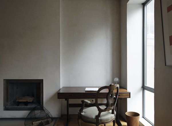 On the parlor level, the distinctive pigmented plaster walls eschews the finish of paint.