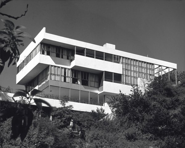 The Lovell Health House by Richard Neutra is used as a set on the film.
