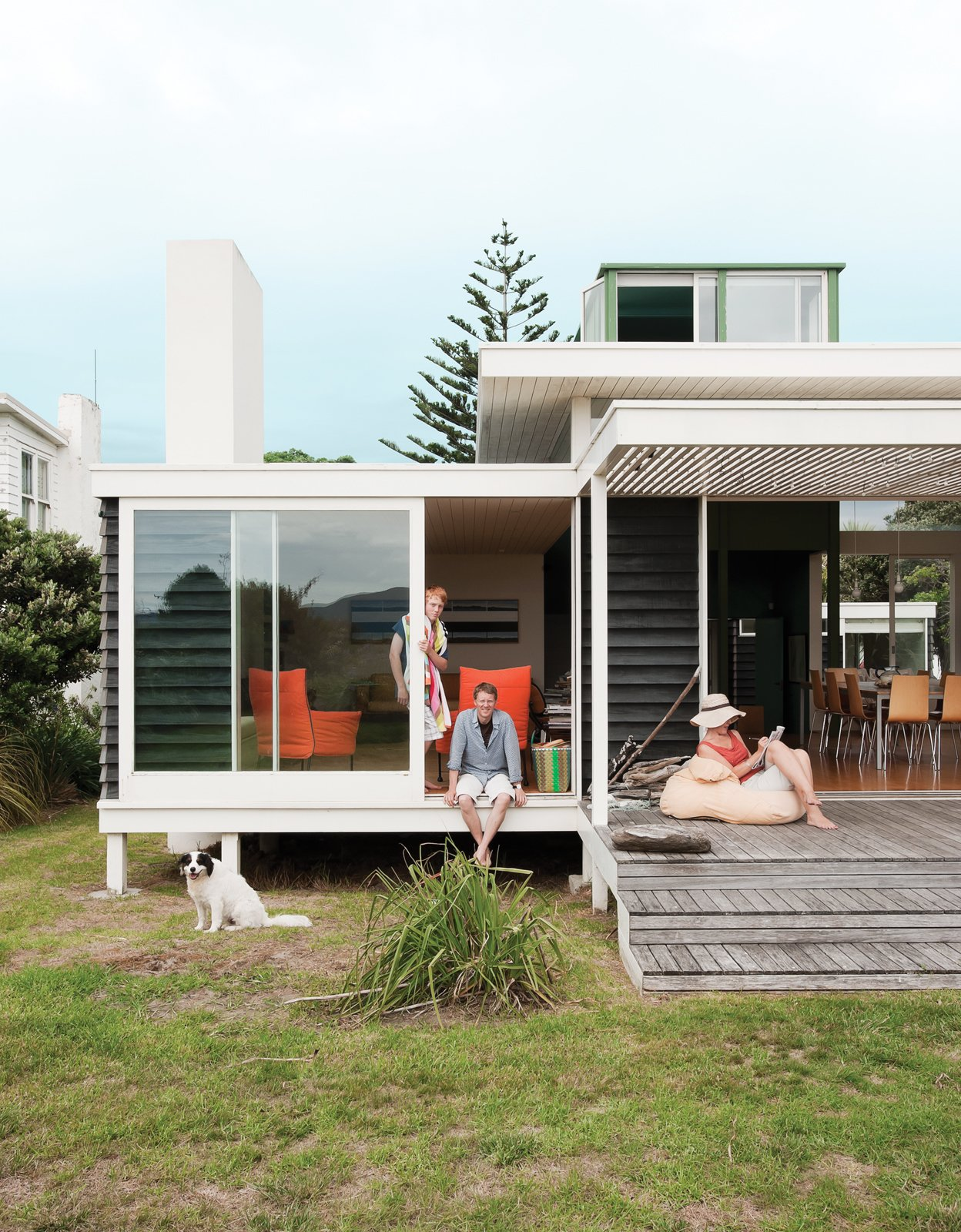 Bach to the BeachWith authenticity and simplicity as their rallying cry, a Kiwi architect and his wife have built a modern beach house that puts a fresh spin on the local vernacular.