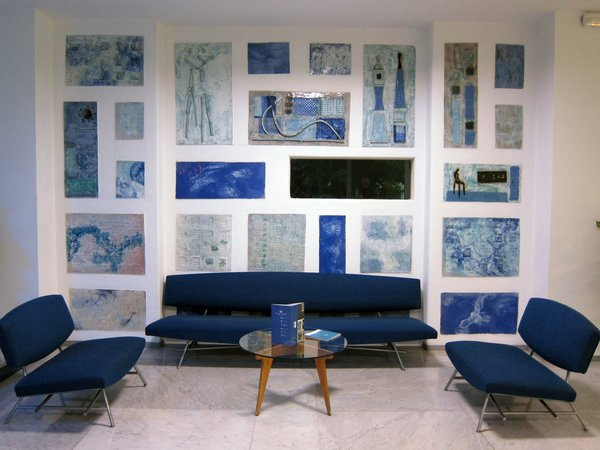 The lounge is faced with more sculptural tiles by Fausto Melotti and furnished with a few of the only non-Ponti-designed pieces in the hotel. The seats are the 865 series by Ico Parisi.