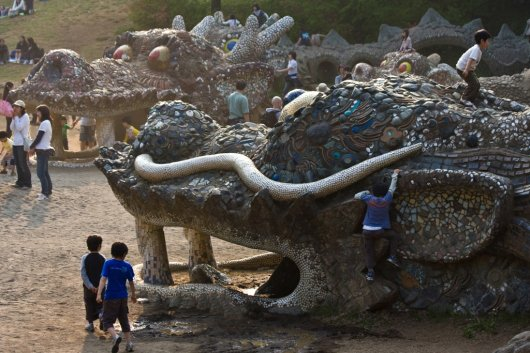 There be dragons in the sands at Showa Kinen Park, a huge 400 acre green space in northwest Tokyo.<br><br>Photo by Ed Jacob