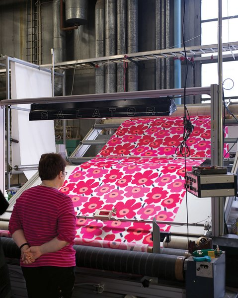 Here, another inspector checks a length of Pieni Unikko fabric.