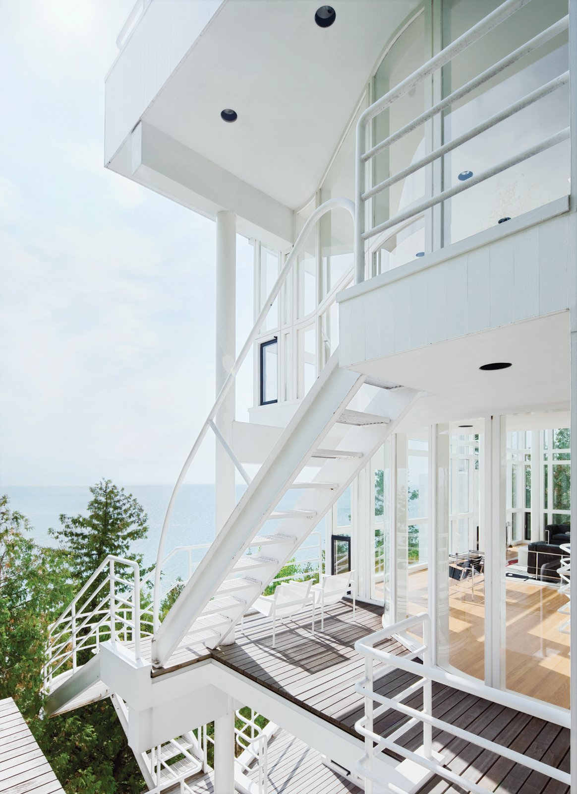 The Douglas House is a clear nod to Les Terrasses, a 1928 residence created by Le Corbusier in Garches, France. Shared elements include curved walls, spatial ambiguities, and the series of ladders and cantilevered staircases that join the levels and encourage a cascading architectural promenade.
