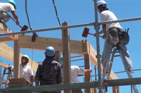 The construction crew erected the Onjuku House frame in just one day, using wooden mallets to coax each piece into position.