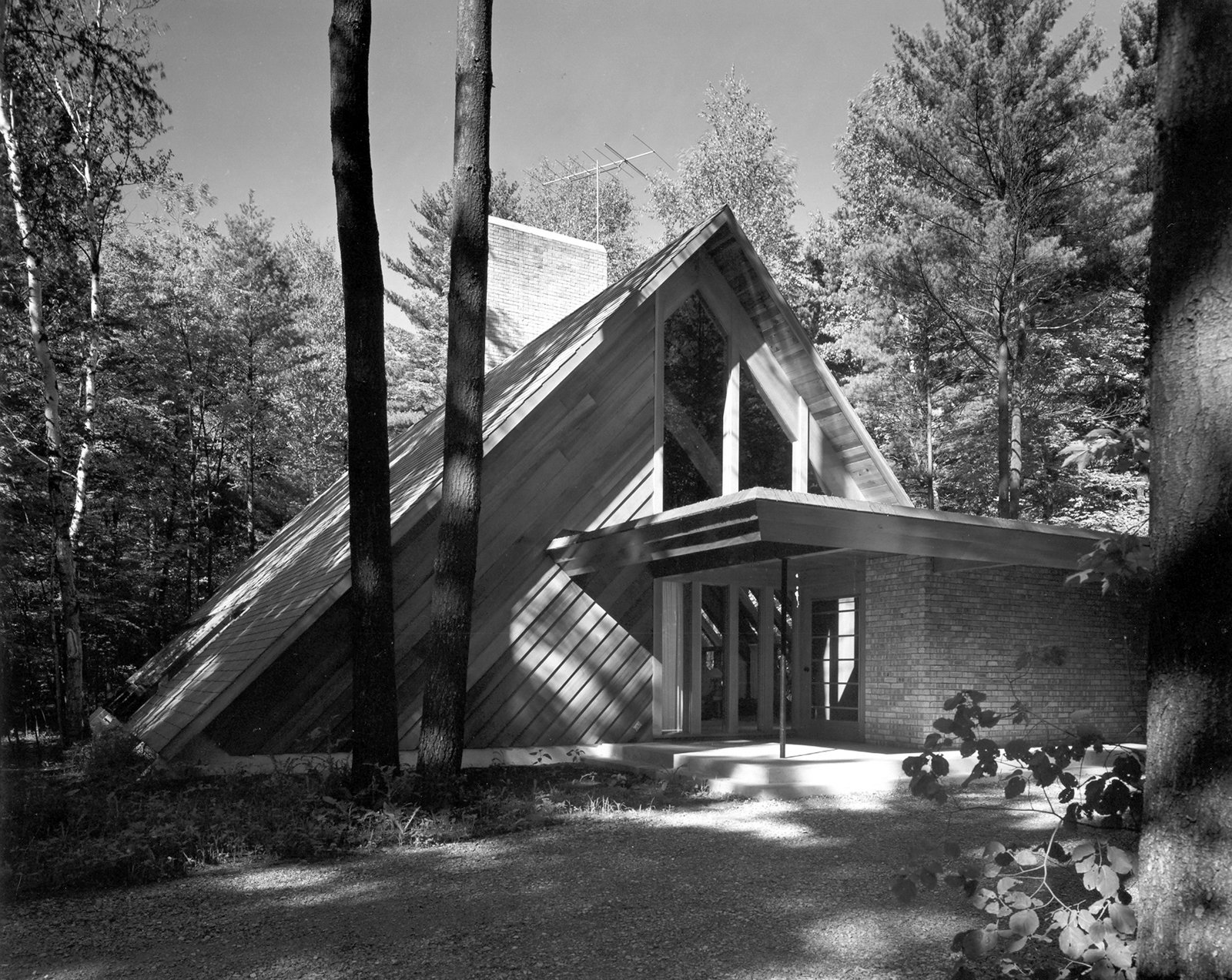 The Ashmun House in Midland makes use of a strong A-frame. It was designed for a classic pianist on a secluded street.