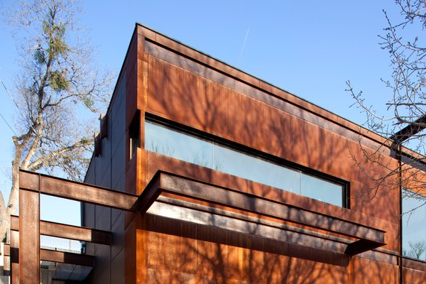 The house is clad in weathering steel panels and has a strong sense of horizontality. Photo by Brian Mihealsick.