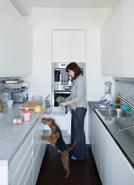 In this New York kitchen, every inch is used maximally, from the built-in double-decker Miele oven to the Sub-Zero fridge and freezer under the counter, distributed between four unobtrusive drawers.The Arclinea kitchen system includes an integrated lighting and power strip, which brightens the worktop and negates the need for jutting wall outlets.