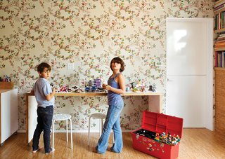 A Fresh Dose of Color Livens Up This Midcentury Los Angeles Home - Photo 10 of 13 - Simon and Eva Luna play in front of a wall covered in Daks wallpaper from Walnut.