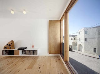 Home and Studio Maximizes Very Narrow Site in Echo Park - Photo 5 of 9 -