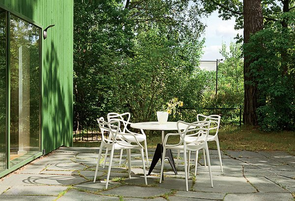 Outside, Kartell Masters chairs surround a Tom Dixon Screw table.