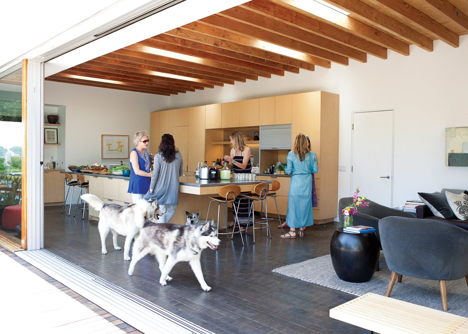 Standard, Avery and Gabbert's architects, arranged their two main living spaces in an L-shape to maximize a sense of transparency. L-Shaped Indoor-Outdoor LA Home - Photo 3 of 21