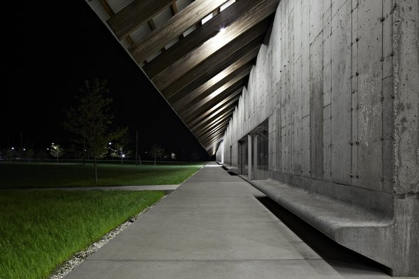 "In creating this place for visitors to rest and take in the lush landscape, Herzog & de Meuron's lead architect Ascan Mergenthaler says the built-in benches put the concrete walls on a more ""human scale"" without interrupting the streamlined façade."