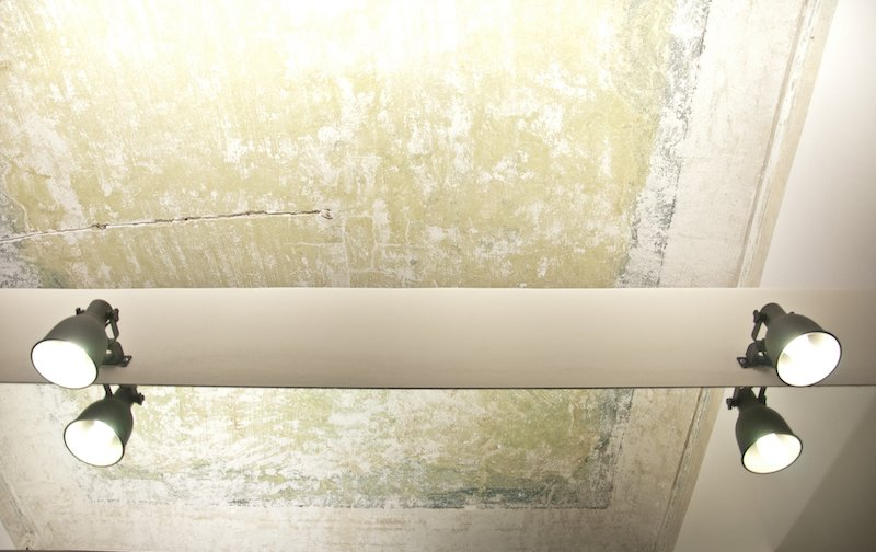 A fading ceiling was preserved in the bedroom. Clear resin was applied to the blue and green pigments to freeze and preserve the aging wall.
