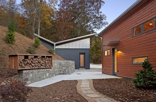 A Contemporary North Carolina Home Navigates a Tricky Site Atop a Ridge - Photo 3 of 10 -