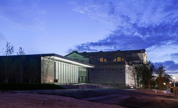 The 1904 Beaux Arts Main Building with the new East Building in the foreground. Image courtesy of the Saint Louis Art Museum and Architectural Wall Systems. Photo by: Jacob Sharp.