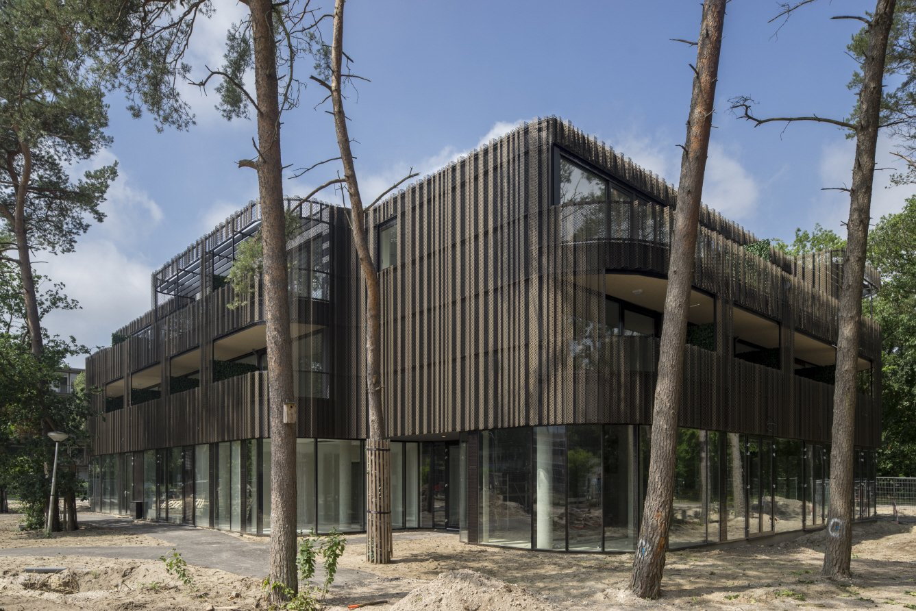 Located in a wooded the area, the facade camouflages the building into its surroundings.  Kerckebosch by Matthew Keeshin