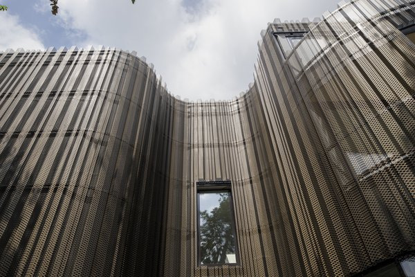 The plating of the facade imitates tree bark. Photo 3 of Kerckebosch modern home