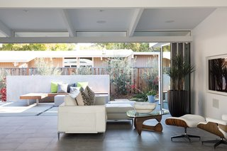 Indoor-Outdoor Home by a Midcentury Master Gets a Faithful Update - Photo 4 of 8 -