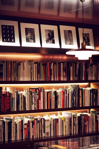The leading contemporary art bookstore in a Parisian luxury hotel, La Librairie des Arts, is an emblematic element of art and culture at the hotel. The bookstore has over 700 titles, as well as objects by artists and architects, limited editions, and various unusual formats.
