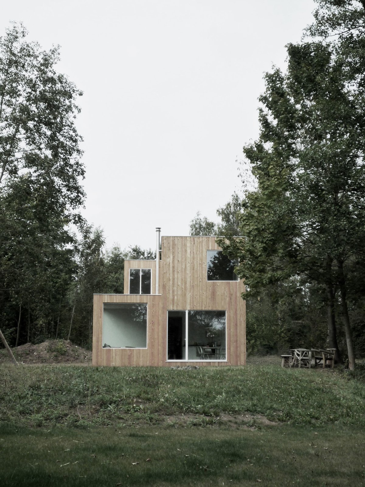 In Hungen, a lakeside town, regulations require homes to occupy a footprint of no more than 538 square feet, and be only one story tall. NKBAK worked around these limitations by designing a modern home with only a partial second story.