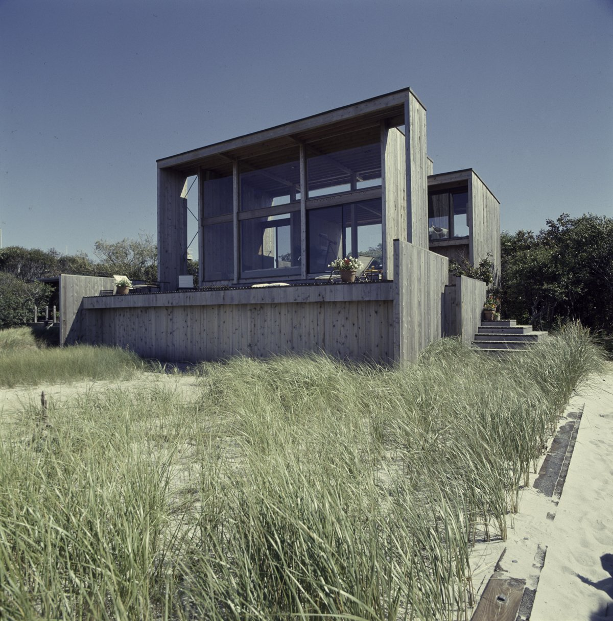 "252 Bay Walk by Horace Gifford (1972-75). This house owes certain elements, like its ""disembodied facade reminiscent of the oversized shading devices"" to Paul Rudolph's work. Cabins & Hideouts by Stephen Blake"