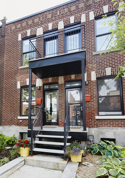 The homeowners wanted to keep the traditional quadruplex structure typical of the Petite-Patrie neighborhood, but transform it into a spacious family home plus rental unit.